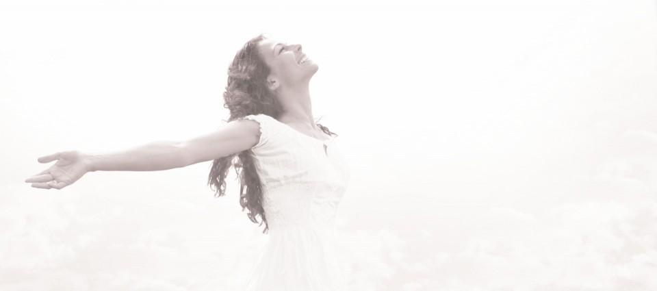 Image femme robe blanche esprit cosmétique